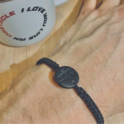 Pletený náramek s přívěskem - černý