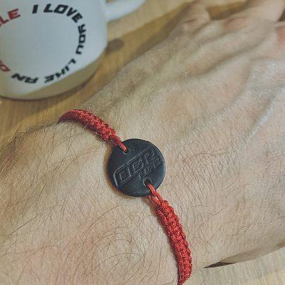 Pletený náramek s přívěskem - červený