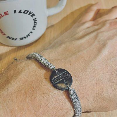 Pletený náramek s přívěskem - šedý