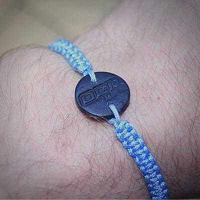 Pletený náramek s přívěskem - modrý