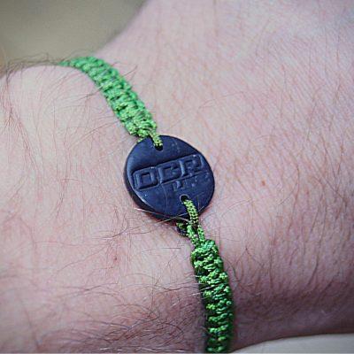 Pletený náramok s príveskom - zelený